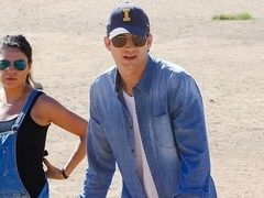 Mila Kunis si Ashton Kutcher, asortati in denim. Hot or Not?