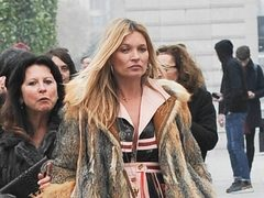 Kate Moss, in rochie fluida si blana, la show-ul Louis Vuitton. Hot or Not?