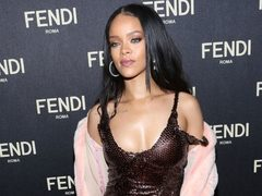 Rihanna, intr-o tinuta retro-sexy. Hot or Not?